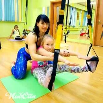 Фото девочки инструктора на детском фитнесе