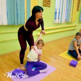 Фото инструктора и детей на детском фитнесе для школьников