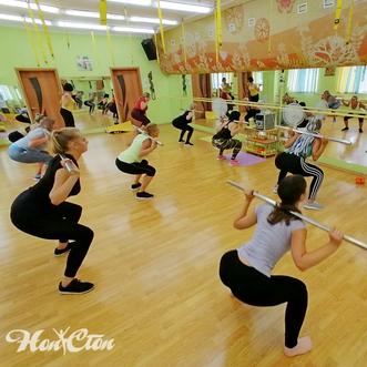Фото для блога фитнеса, где группа девушек тренируется с бодибарами в фитнес клубе Нон-стоп в Витебске
