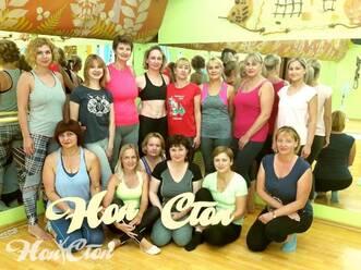 Девушки фотографируются с логотипом фитнес центра Нон-стоп в Витебске