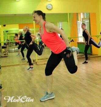 "Тренер фитнес клуба Нон-стоп в Витебске проводит тренировку по фитнес программе ""Идеал"""