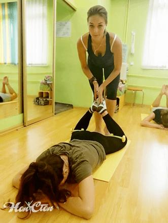Инструктор Настя Маркова преподает фитнес в клубе Нон-стоп в Витебске