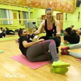 Елена Федотова помогает своей клиентке выполнять упражнение в фитнес клубе Нон-стоп в Витебске