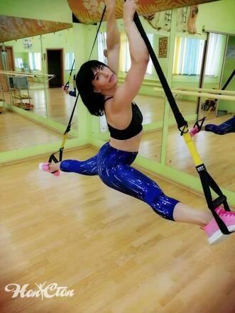 Инструктор Ирина Андронова выполняет шпагат на петлях TRX в фитнес зале Нон-стоп на Московском проспекте в Витебске