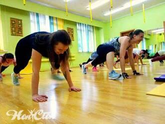 Интенсивная аэробика для начинающих в Витебске в фитнес клубе Нон-стоп: тренировка ног