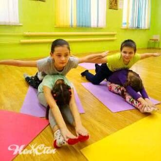 Фото детей делающих складку на полу на детском фитнесе