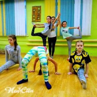 Фото группы детей на детском фитнесе для гибкости