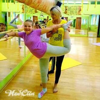 Фото девочки у балетного станка на детском фитнесе