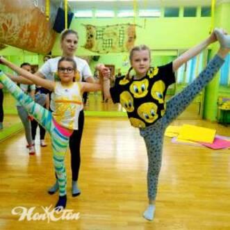 Фото двух девочек с инструктором на детском фитнесе для школьников