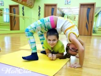 Дети занимаются спортом по обширному фитнес прайсу в фитнес клубе Нон-стоп