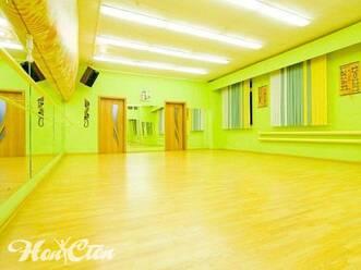 Теплая цветовая гамма зала для тренировок в фитнес центре Нон-стоп на Московском проспекте в Витебске