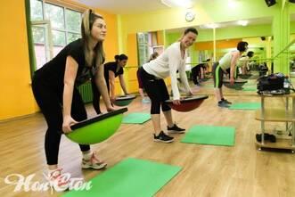 Тренировка на руки с балансировочной платформой босу в фитнес клубе Нон-стоп в Витебске