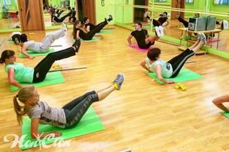 Посетительницы группы Сергея Рачицкого выполняют статическое упражнение на мышцы пресса в клубе Нон-стоп в Витебске