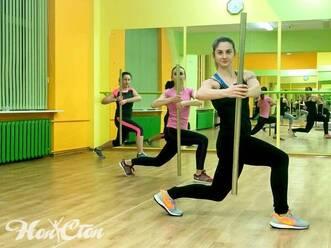 Три девушки занимаются с бодибарами в фитнес зале Нон-стоп на улице Кирова в Витебске