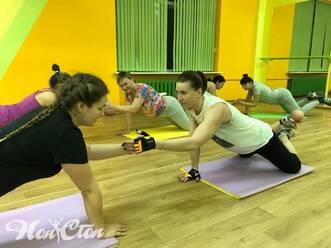 Фото инструктора Елены Федотовой работающей в паре с клиенткой в фото отзыве о фитнесе