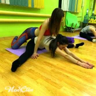 """Фото девушек выполняющих упражнение для шпагата """"Широкая складка"""""""