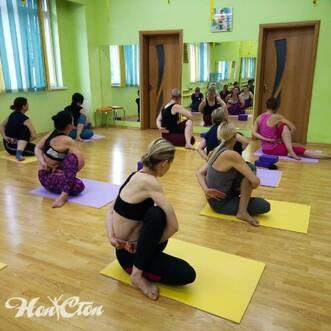Тренер Бондарева Надежда с группой по йоге в фитнес клубе Нон-стоп в Витебске