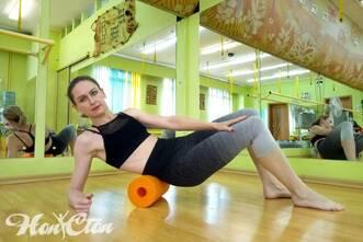 Бондарева Надежда демонстрирует упражнение для МФР на ролле в фитнес клубе Нон-стоп в Витебске
