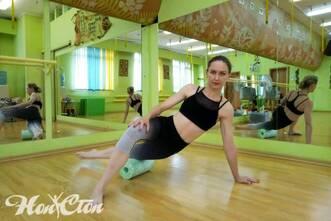 Бондарева Надежда демонстрирует упражнение для МФР на ролле в витебском фитнес клубе Нон-стоп
