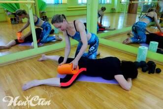 Инструктор использует оборудование МФР для расслабление мышц ног, фитнес клуб Нон-стоп, Витебск
