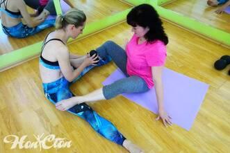 Инструктор использует оборудование МФР для расслабление мышц ног, витебский фитнес клуб Нон-стоп