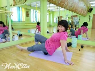 Девушка в розовой майке выполняет самомассаж задней поверхности бедра с помощью арахиса МФР, фитнес клуб Нон-стоп, Витебск