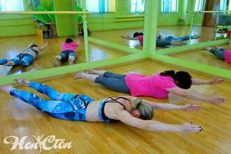 Надежда Бондарева и клиентка фитнес клуба Нон-стоп в Витебске выполняют упражнение из пилатеса для похудения