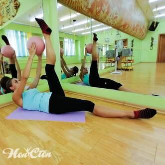 Упражнение с мячом от тренера по пилатесу витебского фитнес клуба Нон-стоп Анастасии Марковой