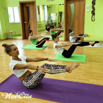 Девушки качают пресс на тренировке пилатеса для похудения в фитнес клубе Нон-стоп в Витебске