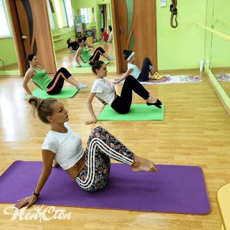 Тренер по пилатесу Ольга Семенова и ее группа в клубе Нон-стоп, Витебск