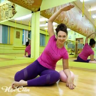 Семова Ольга занимается пилатесом с мячом в фитнес клубе Нон-стоп в Витебске