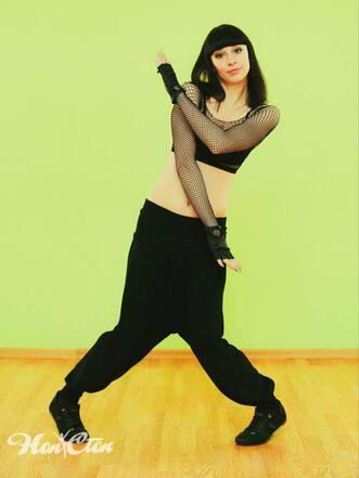 Девушка в черном топе выбрала популярные танцы для взрослых в школе танца Нон-стоп в Витебске