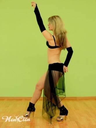 Красивая девушке в движении в школе танцев для взрослых Нон-стоп в Витебске