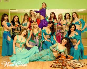 Девушки в восточных платьях на фотосъемке в школе танцев для взрослых в Витебске