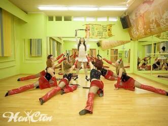 Элемент стрипластики от девушек в красных костюмах в школе танцев Нон-стоп в Витебске