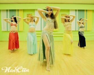 Красивые девушки танцуют в школе танцев Нон-стоп в Витебске