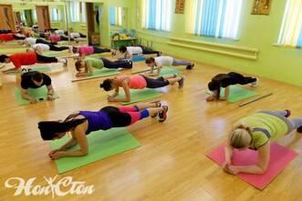Девушки занимаются по авторской программе силового тренинга в клубе Нон-стоп в Витебске