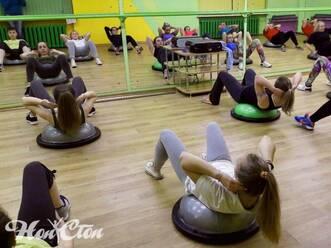 Девушки занимаются силовой аэробикой в спортивном зале Нон-стоп в Витебске