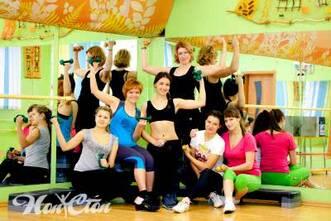 Фото девушек, занимающихся степ аэробикой для похудения в витебском фитнес клубе Нон-стоп
