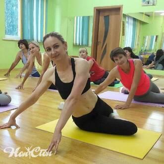 Тренер Бондарева Надежда с группой по стретчингу в фитнес клубе Нон-стоп, Витебск