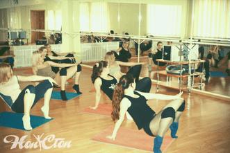 Девушки сексуально двигаются в студии танцев для взрослых Нон стоп в Витебске