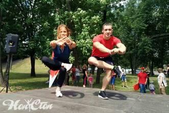 Инструктор витебского фитнес клуба Нон-стоп дает тренировки для всех желающих в рамках городской акции