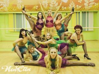 Девушки позируют в костюмах в школе танцев Нон-стоп в Витебске
