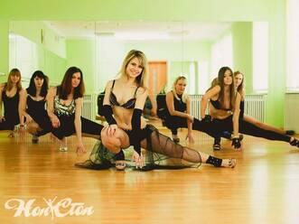 Групповой элемент стрипластики в танцах для взрослых в витебской школе танца Нон-стоп