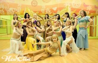 Группа симпатичных девушек пришли на восточные танцы в Витебске
