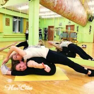 Фото девушек, выполняющих упражнение для шпагата в паре