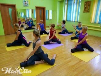 Женщины разного возраста занимаются в удобное время благодаря разнообразному фитнес прайсу клуба Нон-стоп в Витебске