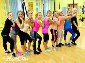 Стройные девушки после занятий интенсивной аэробикой в Витебске в фитнес клубе Нон-стоп