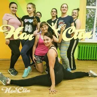 Клиенты Ольги Семовой делают фото с логотипом клуба Нон-стоп в Витебске