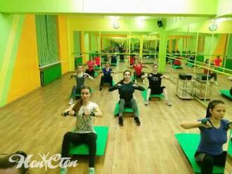 Круговая интервальная тренировка на степах с гантелями в фитнес клубе Нон-стоп в Витебске